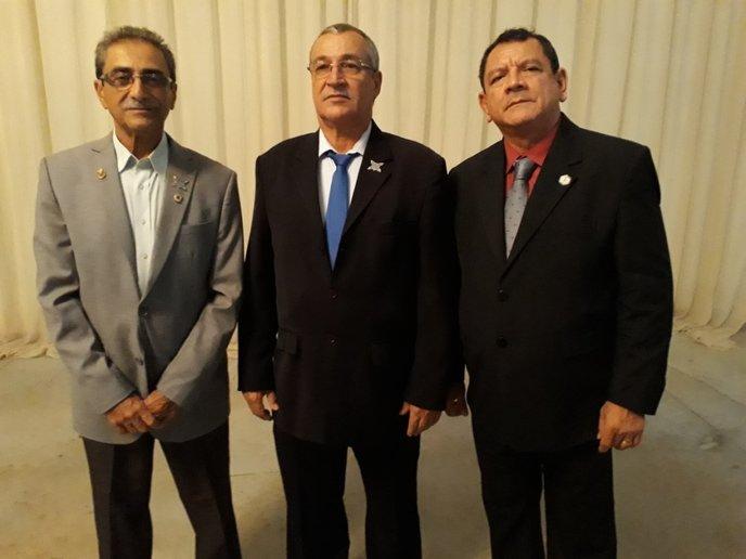 Eleitos para o futuro do Lions:  No meio, Laércio De Falco (Ji-Paraná - RO), próximo governador; à esquerda, seu substituto, Paulo Xavier (Boa Vista RR)  e à direita, Rony Vacadiez (Porto Velho – RO) – 2º vice-governador, o terceiro eleito para assumir o cargo.