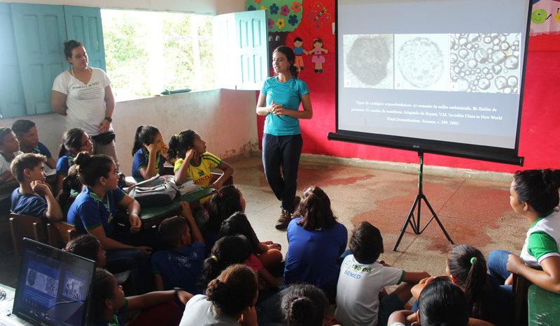 Pesquisadores realizaram apresentação para crianças sobre arqueologia (Foto: Maurício Silva)