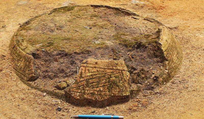 Urnas funerárias indígenas encontram-se espalhadas pelos caminhos da comunidade Boa Esperança, na Reserva Amanã (Foto: Maurício Silva)