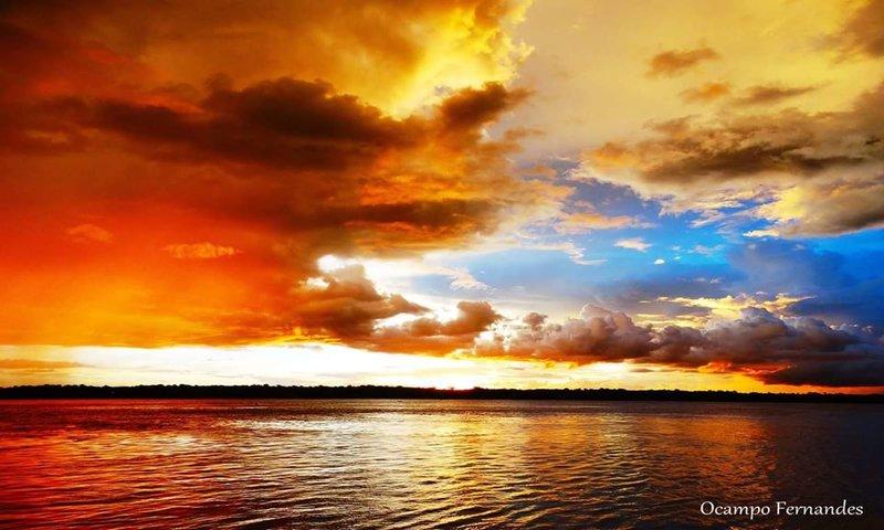 Imagem única, como todas são, em se tratando de paisagens com o pôr do sol, pois considero as nuvens as digitais de uma fotografia, uma vez que elas estão em constante mudanças, e raramente temos um pôr do sol tão colorido!