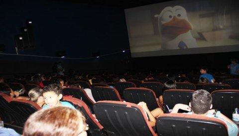 Sessão Azul gratuita para crianças autistas lota Cine Veneza neste feriado