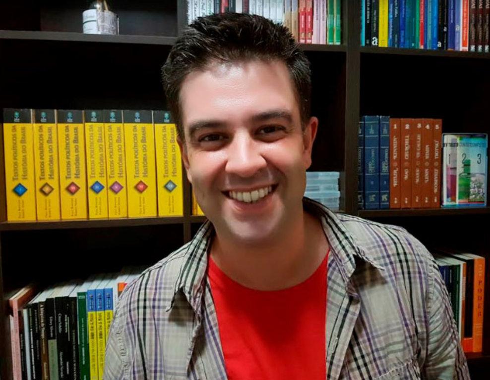 """HELDER CALDEIRA, Escritor. *Autor dos livros """"Águas Turvas"""", """"O Eco"""", """"Pareidolia Política"""", entre outras obras. - Gente de Opinião"""