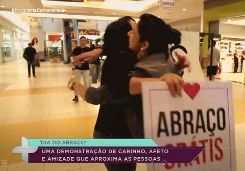 Carla Veloso distribui carinho no Dia do Abraço (VÍDEO)