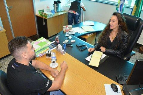 Léo Moraes apoia implantação de projeto de voluntários escolares