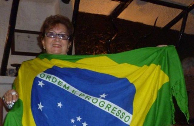 Esta colunista com a bandeira do Brasil na casa de fados em LISBOA/PORTUGAL - LEIA COLUNA COMPLETA ABAIXO: - Gente de Opinião
