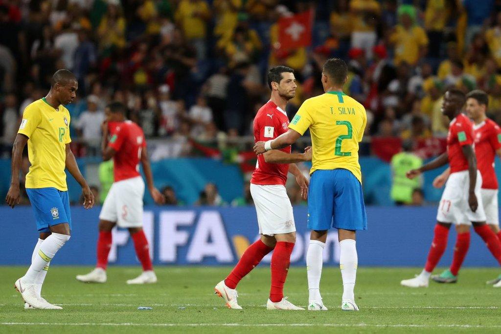 Jogadores se cumprimentam após partida entre Brasil e Suíça pela Copa do Mundo da Rússia REUTERS/Marko Djurica/MARKO DJURICA - Gente de Opinião