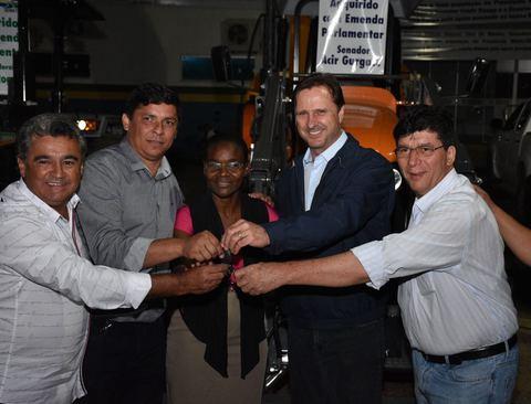 Acir entrega novo trator agrícola para Presidente Médici