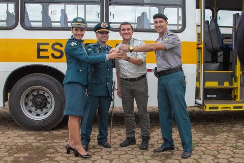 UHE Jirau doa ônibus para colégio tiradentes de Jaci-Paraná