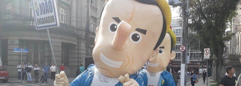 Doria é recebido por 'pinóquios' e gritos de 'mentiroso' em Santos - Gente de Opinião
