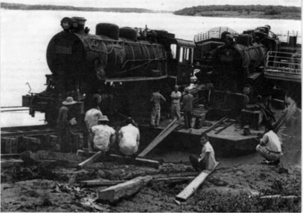 Da Alemanha, atravessando o Atlântico, ela penetra no Solimões e sobe o rio Madeira. Finalmente, o desembarque das três locomotivas alemãs em Porto Velho. Foi em 1938: a primeira, por ocasião de sua subida arriscada, foi colocada sobre os trilhos do plano inclinado, puxada por potentes motores da EFMM.  - Gente de Opinião