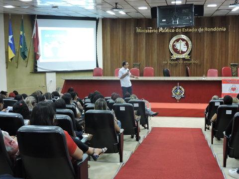 Direitos e Deveres da Família e da Escola com a pessoa  com autismo é tema de palestra em Simpósio