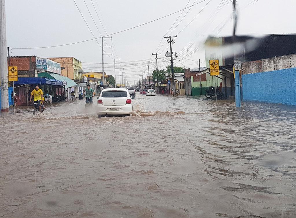 Chuva com ventos fortes derrubam árvores e alagam ruas de Porto Velho - RO. - Gente de Opinião