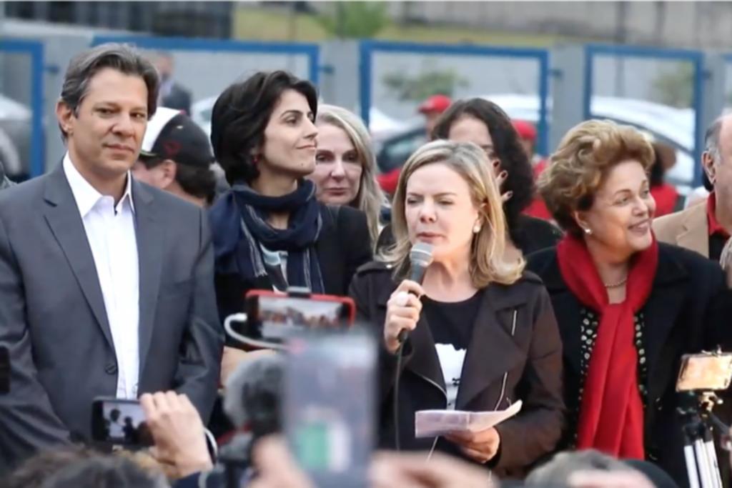 Fernando Haddad, Manuela D'Ávila, Gleisi Hoffmann e Dilma Rousseff durante substituição de Lula na chapa presidencial, em Curitiba   - Gente de Opinião
