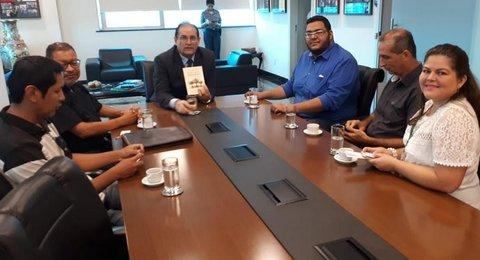 """Acadêmicos de engenharias da Uniron sensibilizam governador Daniel Pereira com o livro """"A vida secreta das árvores"""""""