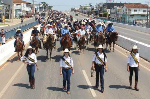 Cavalgada da Expojipa reúne multidão
