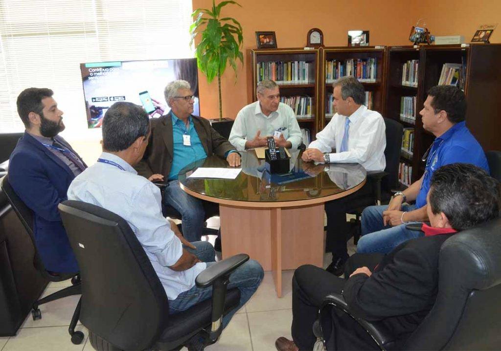 Os conselheiros do TCE, Edilson de Sousa e Francisco Carvalho, durante a reunião com os representantes do Crea e do Ibape  - Gente de Opinião
