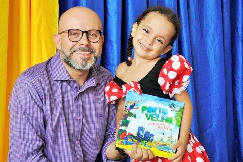 Professor Aleks Palitot doa livros para escola municipal infantil