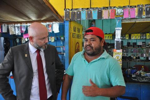 Professor Aleks Palitot visita terminal da capital