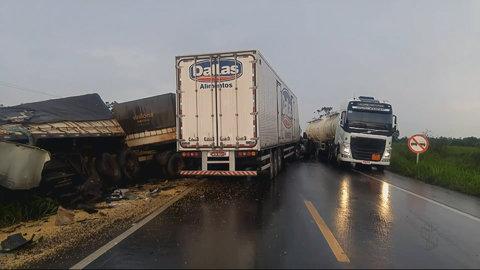 Acidente fatal entre duas carretas na BR-364 (VÍDEO)