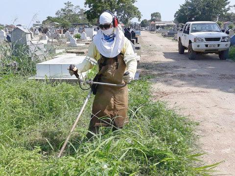 Semusb realiza limpeza nos cemitérios públicos