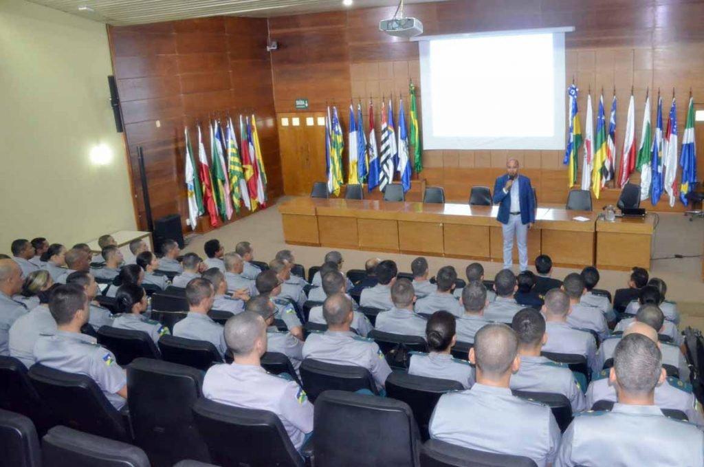 O conselheiro Wilber Coimbra ministrou palestra aos futuros oficiais administrativos da PM sobre gestão e governança pública na atualidade  - Gente de Opinião