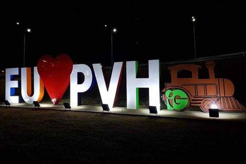 Letreiro 'Eu Amo PVH' fica temporariamente sem iluminação devido furto nas instalações