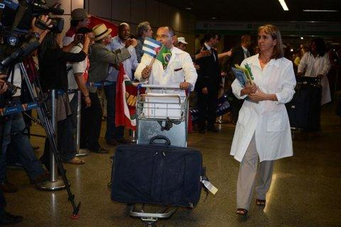 Jair Bolsonaro diz que programa Mais Médicos não será suspenso
