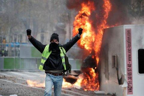 França - Manifestantes protestam contra aumento de combustíveis em Paris