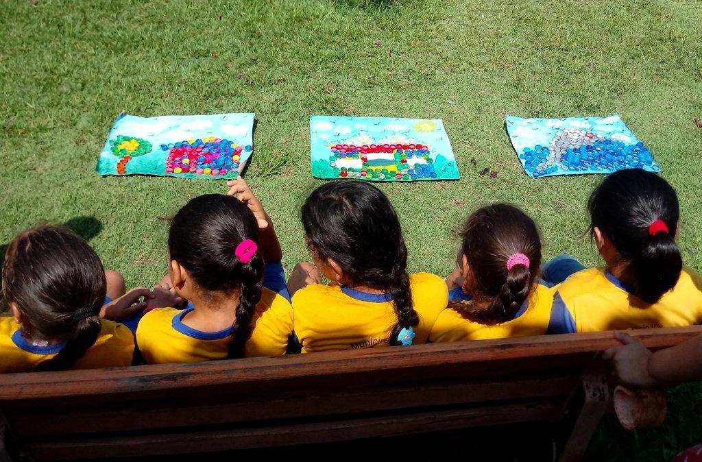 Crianças do reassentamento Novo Engenho Velho transformam materiais recicláveis em quadros - Gente de Opinião