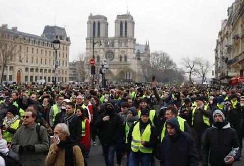 FRANÇA: Coletes amarelos retomam protestos; 101 pessoas são detidas