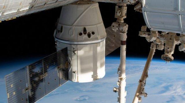 O Dragão e Estação SpaceX acima do Oceano Índico. Foto NASA   - Gente de Opinião