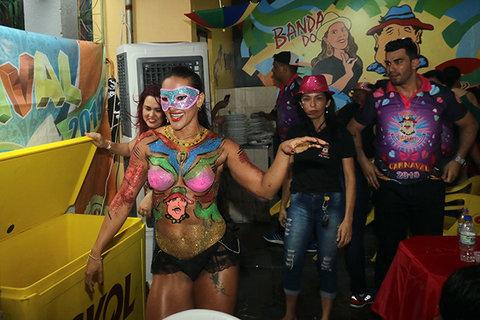 Musas apenas com o corpo pintado,  Sábado, na Feijoada da Banda - Bloco Pirarucu do Madeira  E as escolas de samba