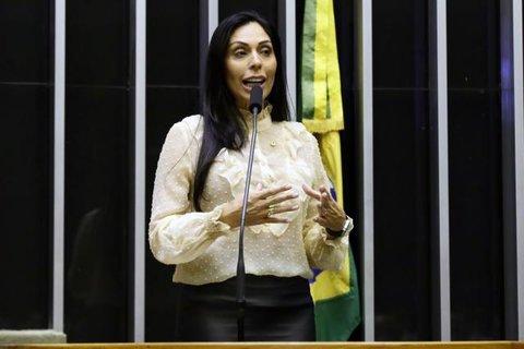 Câmara dos Deputados aprova prioridade de matrícula para filhos de mulher vítima de violência