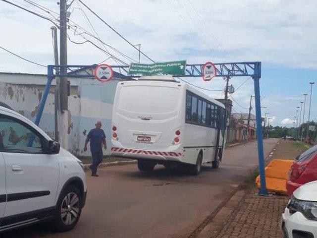Vila Ferroviária:  Ônibus fica preso em módulo de sinalização vertical da Semtran - Gente de Opinião