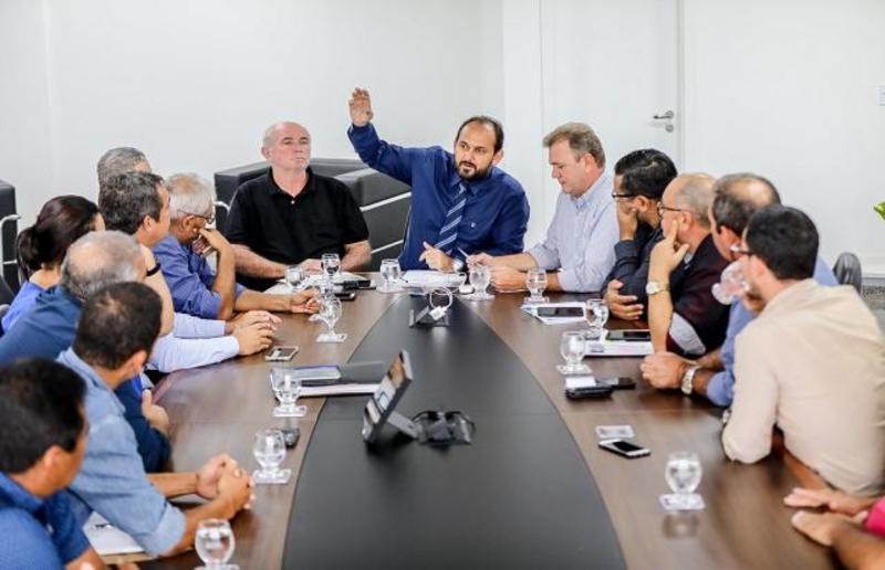 Laerte Gomes recebe membros do Cosems para discutir descentralização da saúde pública