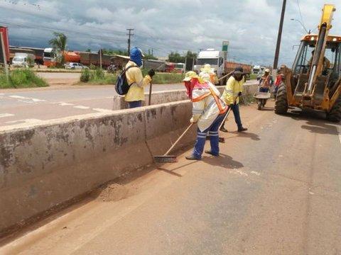 Equipes da Semusb realizam mutirão de limpeza na BR-364