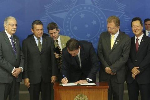 Presidente Jair Bolsonaro extingue horário de verão