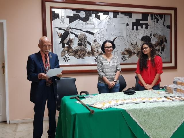 Euro lê seu discurso ao lado das organizadoras do livro, Maria Genecy Centeno Nogueira e Elis da Silva Oliveira. - Gente de Opinião