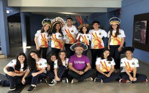 Equipes do Colégio Sapiens homenageiam povos indígenas na 11ª Olimpíada de História