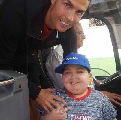 Cristiano Ronaldo manda ônibus de Portugal parar e atende pedido de criança. Assista