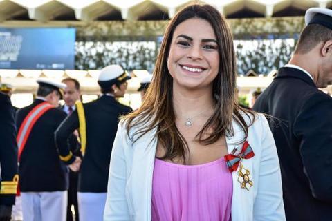Mariana Carvalho é condecorada com Medalha da Ordem do Mérito Naval