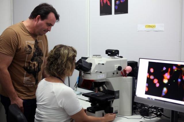 Coordenadora do Pró-Rondônia, Juliana Zuliani e o pesquisador Leonardo de Azevedo no laboratório da Fiocruz. - Fotos: Frank Nery - Gente de Opinião