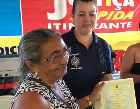 Justiça Rápida Itinerante: magistrados se emocionam ao ver agricultora receber Certidão de Óbito do marido após 20 anos de sua morte