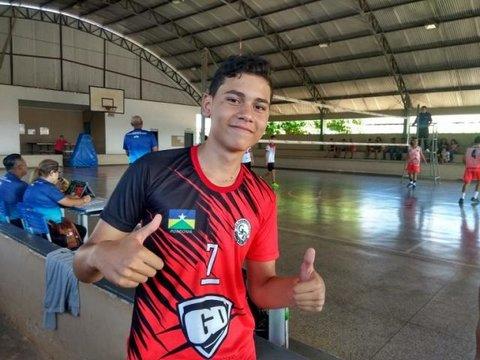 Adolescente com doença rara pretende se tornar astro do voleibol