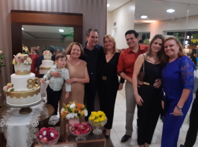 Abraçando o neto, com Viriato Moura e Ana Cristina, Paulo Gondim e Kely e  Tânia Gondim - Fotos Yeda - Gente de Opinião