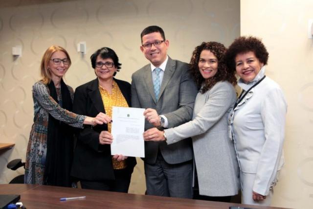 Governador Coronel Marcos Rocha e a secretária Luana assinaram documento cm a ministra Damares - Gente de Opinião
