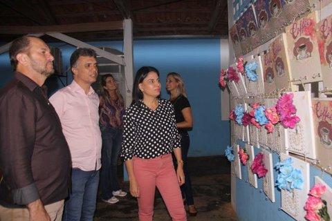 Mulheres concluem curso de pintura em quadros pelo programa Brincando de Roda