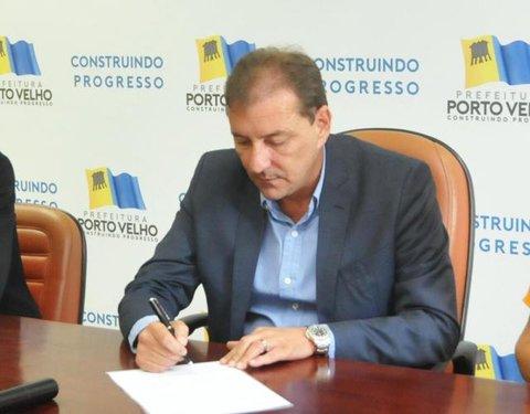 Prefeito Hildon Chaves sanciona lei que garante o benefício no contracheque dos professores