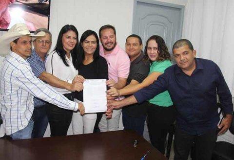 Prefeita assina anteprojeto para regularização dos motoaplicativos em Cacoal