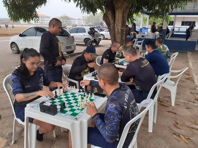Professor Gualter Amélio incentiva a prática do xadrez entre os soldados em formação no CE da Polícia Militar - Gente de Opinião